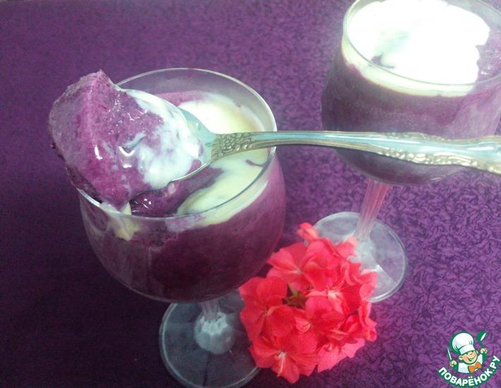 Мороженое из голубики под белым соусом