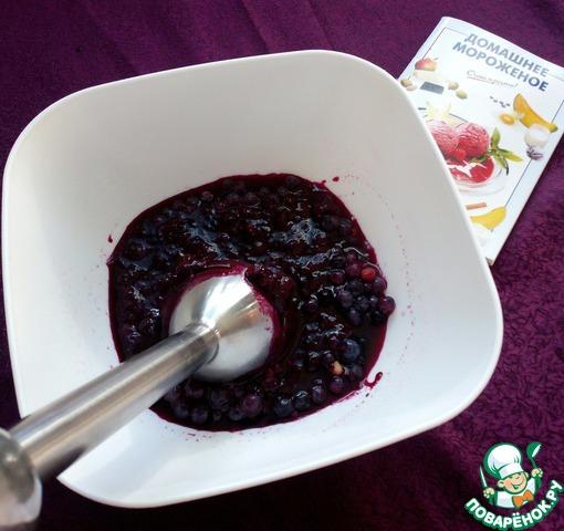 Голубику промыть и перебрать. С помощью блендера размять ягоду в пюре.