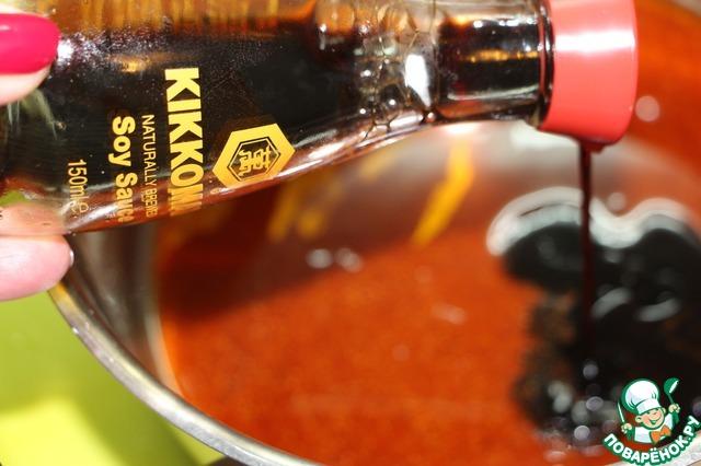 Для приготовления второго маринада смешать мед, соевый соус, копченую паприку, чеснок в гранулах и свежемолотый черный перец.