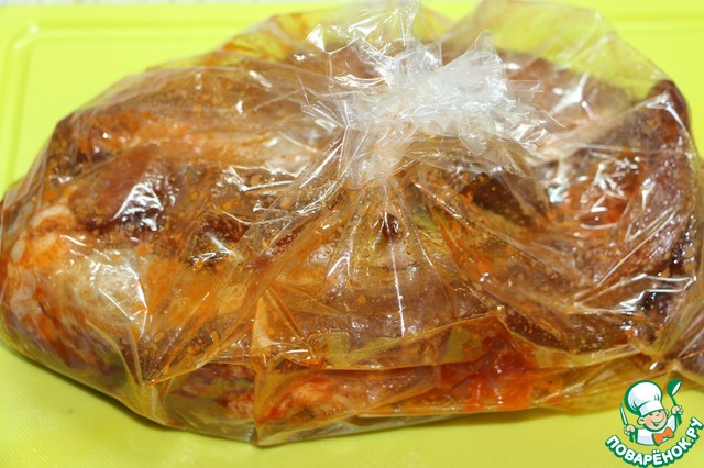 В день приготовления мясо поместить в пакет для запекания. Запекать при 180 градусах 50 минут.