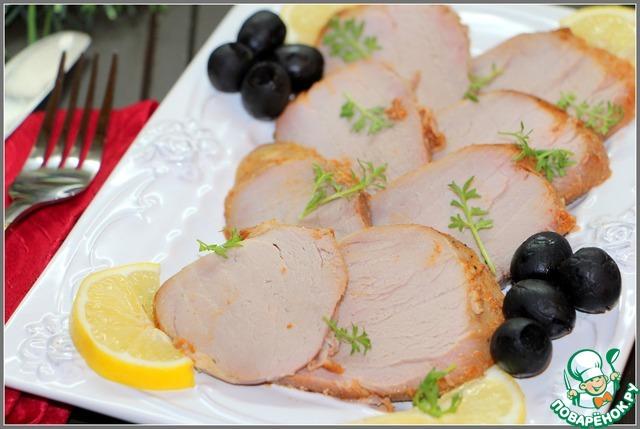 Остывшее мясо нарезать тонкими ломтиками, украсить по желанию и поставить на праздничный стол!