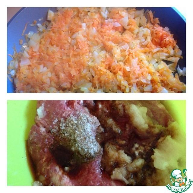 1 луковицу нашинковать кубиками, морковь натереть и обжарить в небольшом количестве растительного масла. Оставить остывать.   В фарш добавить соль, перец, соевый соус. Чеснок пропустить через пресс, вторую луковицу натереть на мелкой терке.
