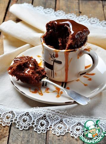 При подаче полить кекс карамельным или кленовым соусом, можно жидким медом, т. к. способ приготовления делает кекс чуть-чуть суховатым.