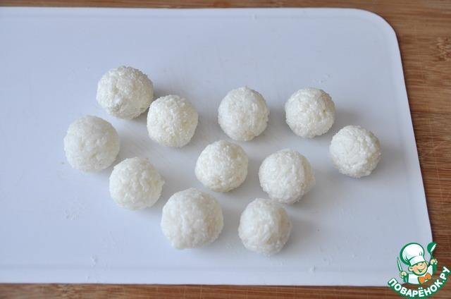 Из риса с рыбой скатываем колобки размером с мелкий грецкий орех.