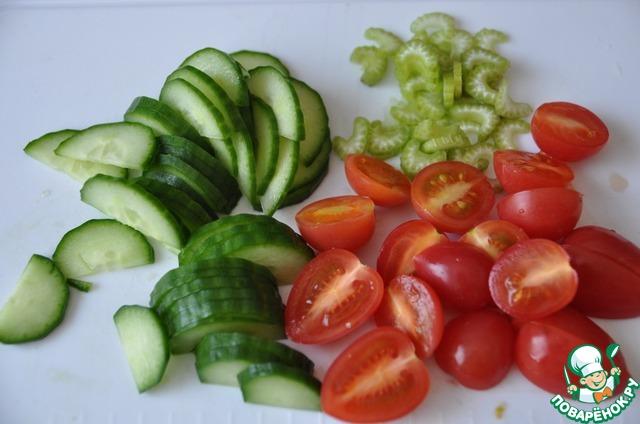 Как основу, готовим обычный овощной салат.    Овощи моем, огурец режем полукольцами, помидоры черри пополам или четвертинками, сельдерей тонкими полосками.