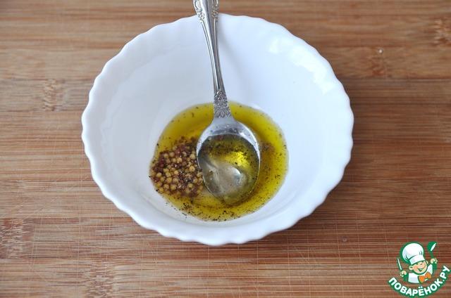 Готовим заправку из оливкового масла, мёда, горчицы, уксуса, соли и молотой смеси перцев.