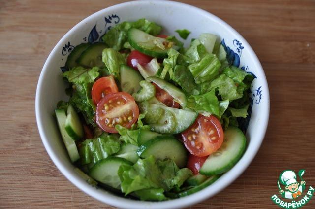 Заправляем салат заправкой, перемешиваем.