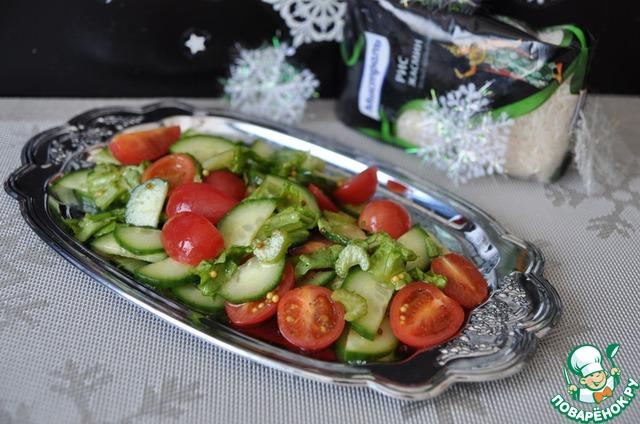 Кладём салат на сервировочное блюдо.