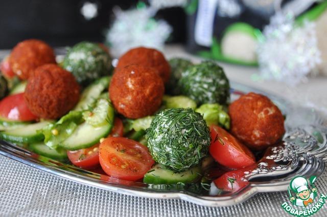Сверху на овощной салат хаотично кладём цветные рисовые шарики. Подаём салат сразу.   Приятного аппетита!