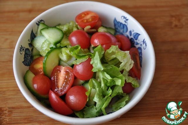 Листья салата, моем, обсушиваем, рвём или режем.    Соединяем овощи и салат.