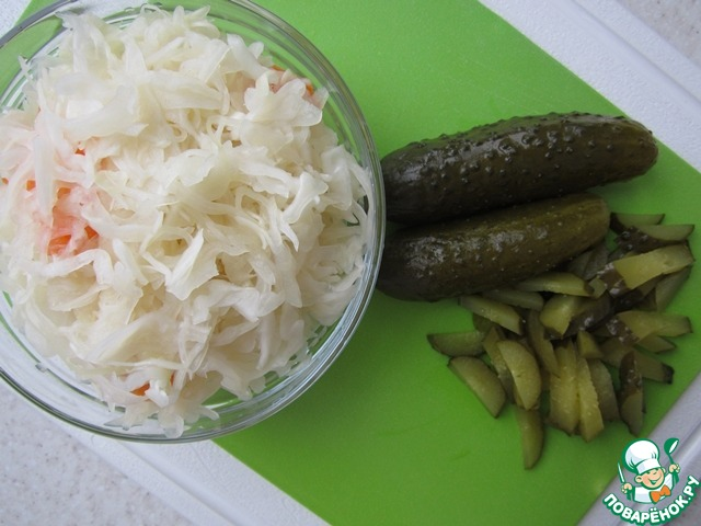 Квашеную капусту отжать от рассола, а маринованные огурцы нарезать соломкой.
