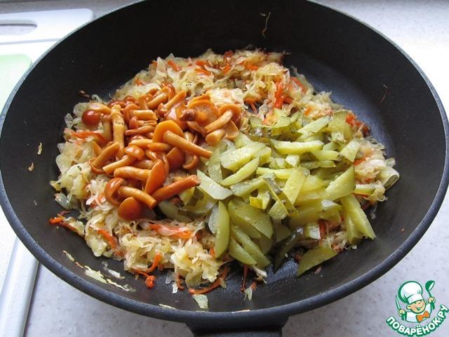 Осталось добавить к капусте маринованные грибы и нарезанные соломкой огурцы. Приправить овощи сахаром и молотым перцем, если нужно, подсолить. Я соль не добавляла. Хорошенько перемешать будущую закуску и потомить на среднем огне пять минут. Остудить.