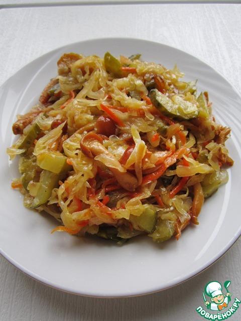 Вот, собственно, и всё! Закуска из квашеной капусты, маринованных грибов и огурцов готова. Можно подавать её к столу. Приятного аппетита вам и вашим близким!