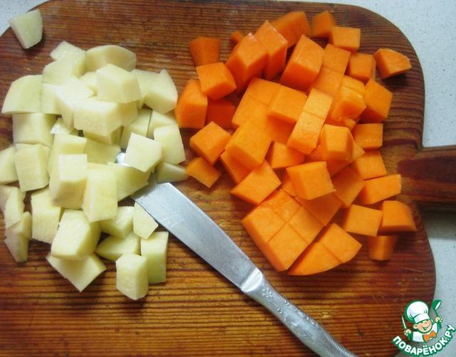 Очищенную тыкву и картофель нарезать кусочками.