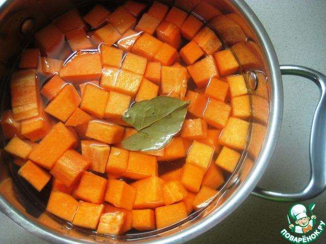 Тыкву сложить в кастрюльку, налить воду, добавить лавровый листик и поставить вариться на 10 минут.