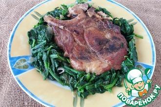 Свиные стейки со шпинатом