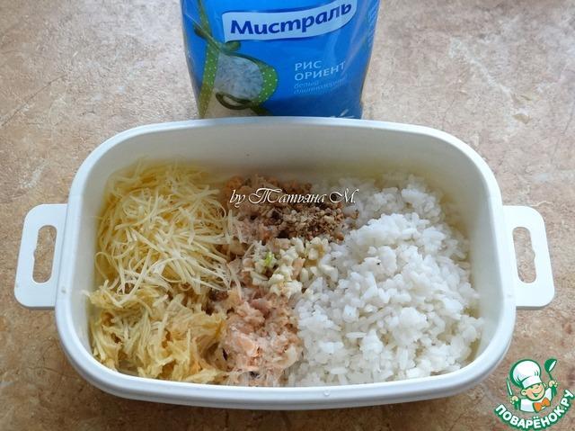 К рису добавить размятую вилкой форель, тертую мякоть яблока, сыр, мелко рубленый чеснок, орехи