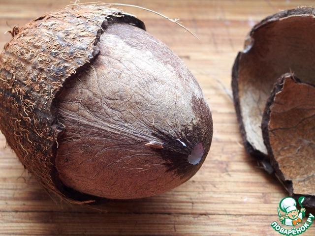 Пробуем проткнуть глазки кокоса острым предметом, находим самый мягкий, делаем в нем отверстие (я сделала это штопором :)) и сливаем водичку через него. Водичку можно выпить, но я ее не люблю. Затем тупой стороной топорика надо бить по кокосу, пока не образуется трещина, и кокос разломится на две половинки (у меня разломился не совсем ровно, наверное, надо было бить в одно и то же место).