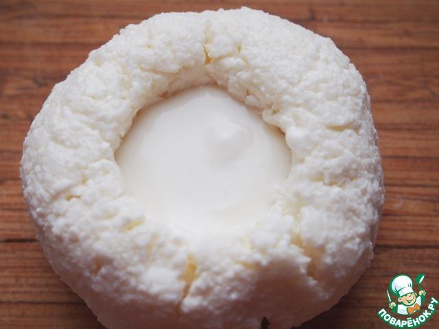 В углубление кладем по 1 ч. л. йогурта.