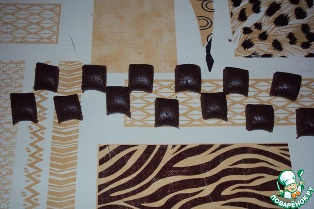 Тесто разделить на 4 ровные части. Каждую часть раскатать ладонями на столе в жгутик. Порезать на квадратики-подушечки.
