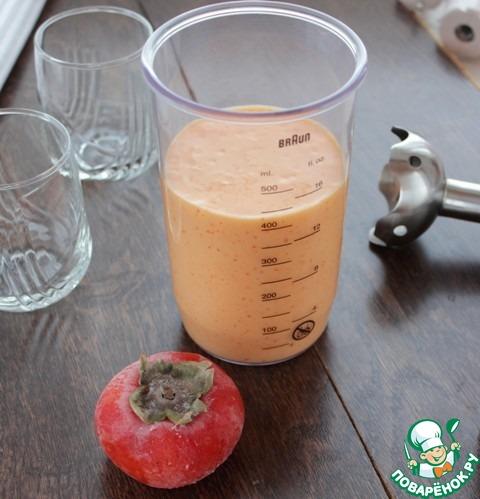 Если хурма с косточкой, удалить косточки и плодоножку, положить мякоть хурмы в чашу блендера, пюрировать, добавить молоко и смесь взбить блендером. Консистенцию коктейля можно регулировать молоком, добавить побольше.