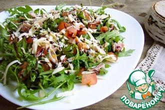Салат с рукколой и копченым окорочком