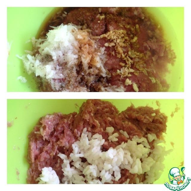 Рис предварительно отварить. В фарш добавить соевый соус, воду, специи, чеснок пропущенный через пресс (1зубчик), и лук натертый на мелкой терке. Фарш тщательно перемешать. Добавить отварной рис.