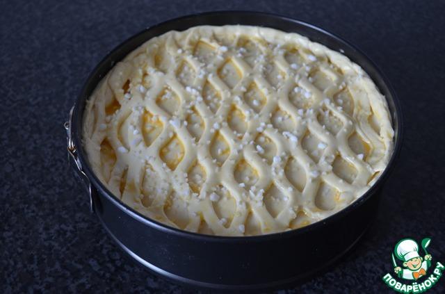 Я украсила верх рещёткой их слоёного теста.    Верх пирога смазать взбитым яйцом и посыпать сахаром смешанным с корицей.    У меня корицы не оказалось, посыпала просто крупным сахаром.    Выпекать 30-40 минут в разогретой до 180 С духовке.    Если боитесь, что тесто не пропеклось, снимите через 40 минут аккуратно кольцо формы, накройте пергаментной бумагой, чтобы верх не подгорел и ещё минут на 15 в духовку.    После выпекания хорошо остудить, посыпать сахарной пудрой и только потом можно вынуть из формы и разрезать на порции.