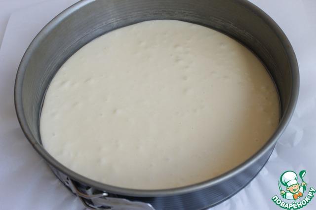 Одну часть наливаем в форму 26 см. Форму застелем бумагой, выпекаем 20 минут при 180 гр.