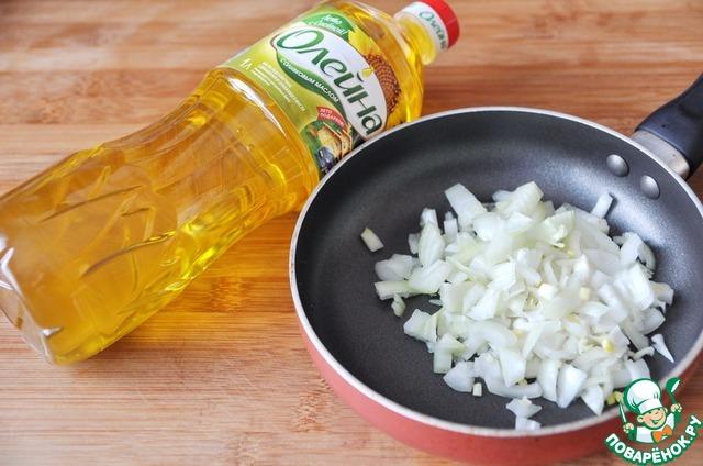 """Лук чистим, нарезаем кубиками. На сковороду наливаем подсолнечное масло с добавлением оливкового """"Олейна"""" (2 ст. ложки)."""