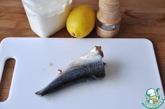 Готовим селёдочный соус.   Берём сельдь малосолёную (у меня своя), сметану, лимон и смесь перцев.