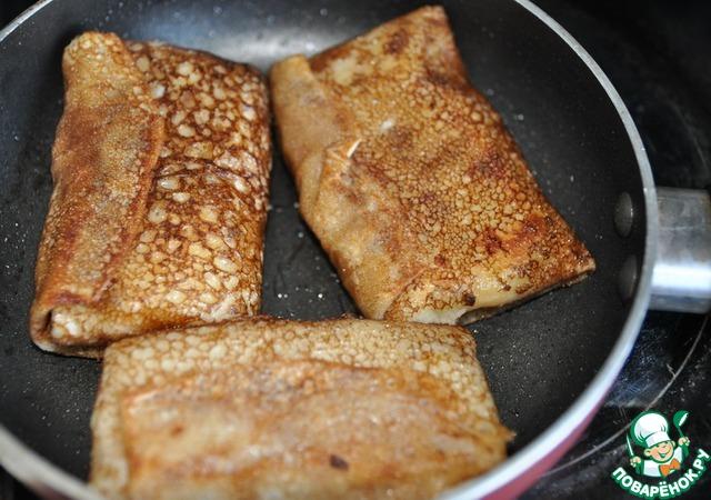 Кладём на сковороду блины и зажариваем до румяности с обоих сторон.