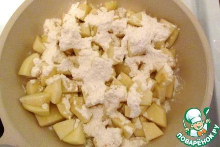 Яблоки чистим от кожуры и семенной коробочки и нарезаем тонкими дольками. Выкладываем яблоки в сковороду, поливаем лимонным соком, засыпаем сахарной пудрой, посыпаем маленькой щепоткой соли для усиления аромата, вливаем 3 столовых ложки воды и ставим на средний огонь.