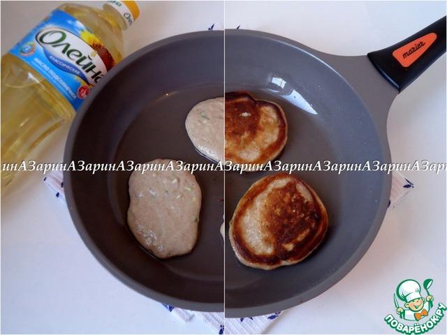 """Жарим оладьи. Сковороду разогреть, добавить немного растительного масла """"Олейна"""". Выкладывая тесто ложкой, обжарить оладьи с двух сторон."""