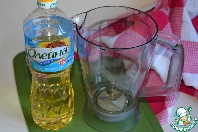 В чашу блендера влить растительное масло.       п. с. В оригинале рецепте указано 150 мл масла, в ингредиентах я указала такое же количество. Но на мой вкус этого много, я добавляю 80-100 мл