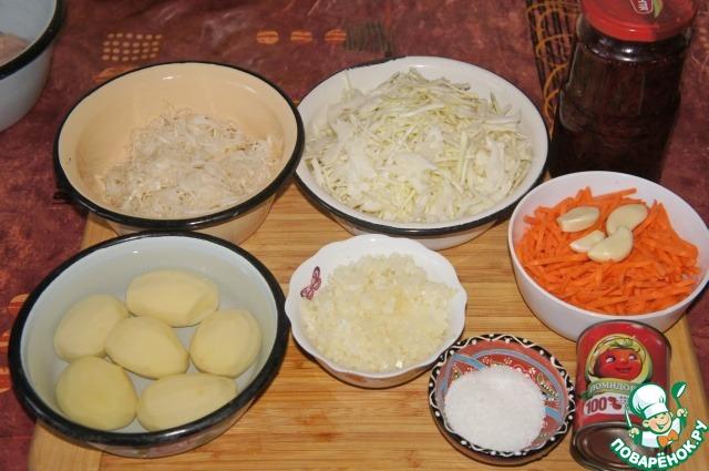 Вымыть и очистить свеклу, картофель, лук и морковь. Тут я немного отступила от рецепта. У меня вместо сырой свеклы домашняя заготовка - свекла натуральная. По осени я закатываю пару десятков баночек такой свеклы: часть соломкой, часть кубиками - потом всю зиму никакой головной боли, готовая вареная свекла всегда под рукой, хоть в борщ, хоть в винегрет, хоть просто со сметаной или майонезом. Очень удобно.