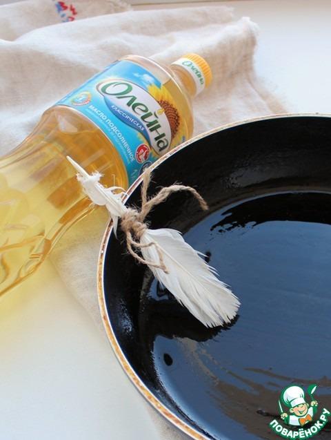Разогреть сковородку, смазать растительным маслом Олейна.