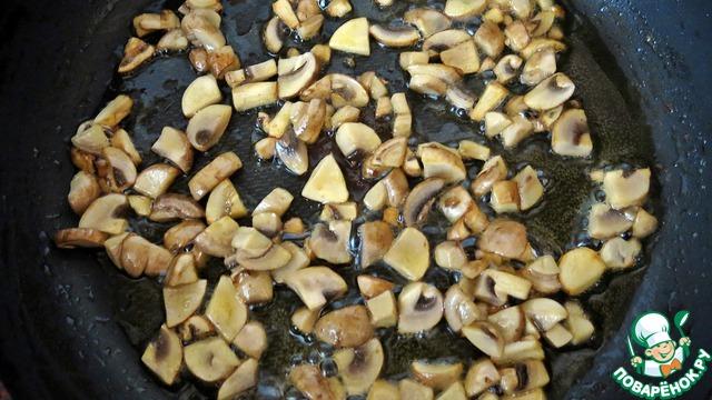 Тем временем, шампиньоны режем (не мелко) и обжариваем в оставшемся сливочном масле до румяной корочки.