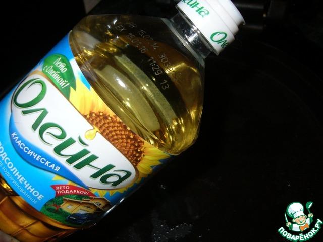 """На разогретую сковороду налить растительное масло ТМ""""Олейна"""""""