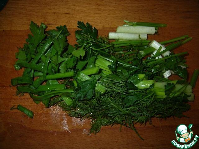 Зелень крупно порезать и добавить к сметане