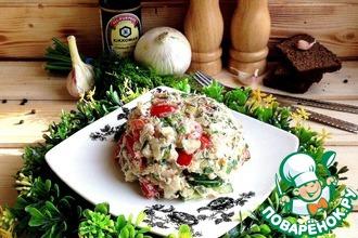 Салат с овощами и консервированной рыбой