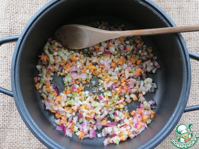 Нарезать мелко овощи: лук, морковь и сельдерей. поставить на огонь кастрюлю, с толстым дном, с маслом. Когда масло нагрелось - добавить нарезанные овощи.