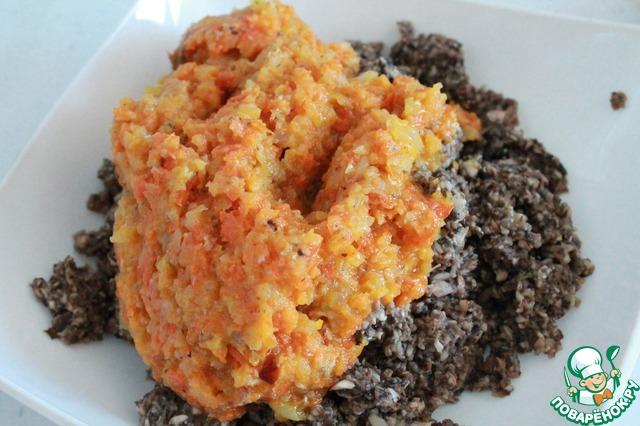 К ним добавляем также измельченные с помощью блендера лук и морковь. Перемешиваем.