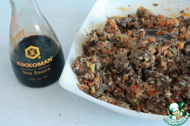 Используем для заправки нашей грибной икры соевый соус Kikkoman. Грибы и соевый соус прекрасно сочетаются.