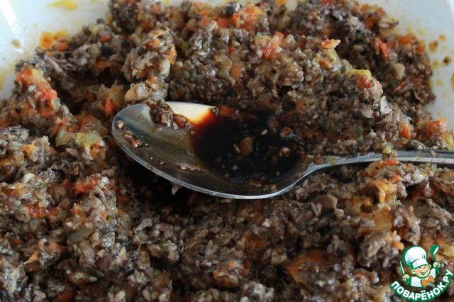 Перемешиваем. По желанию добавляем соль и перец. Мне соевого соуса было достаточно, соль не использовала. Подаем либо в виде бутербродов или маленьких канапе, либо как основное блюдо, либо с гарниром - картофелем, рисом и. т. д.