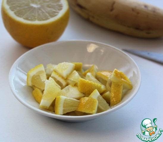 Лимон хорошо вымойте щеточкой, нарежьте произвольно (не очищая), зернышки удалите.