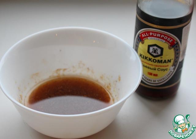 Смешать соевый соус, лимонный сок, хрен, масло растительное, сушеный чеснок и перец (черный и чили).