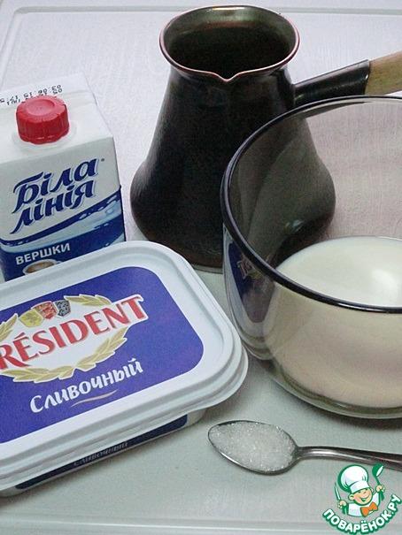 """Сливки в количестве 50 мл перелейте в ёмкость, подходящую для взбивания, и прогрейте до горячего состояния, не доводя до кипения. Это можно сделать в микроволновке, либо на плите. Подготовьте сливочный сыр и кофе.       Используйте для приготовления этого кофе сливочный плавленный сыр в ванночках или мягкие плавленные сыры. В зависимости от региона, в котором вы проживаете, такие сорта, как """"Янтарь"""", """"Хохланд"""", """"Виола"""", """"Дружба"""", """"Весёлая Коровка"""" и подобные им сыры - отлично подойдут.         Творожные сыры - """"Филадельфия"""", """"Маскарпоне"""" и Зернёный творог - не подходят. Имейте это ввиду."""