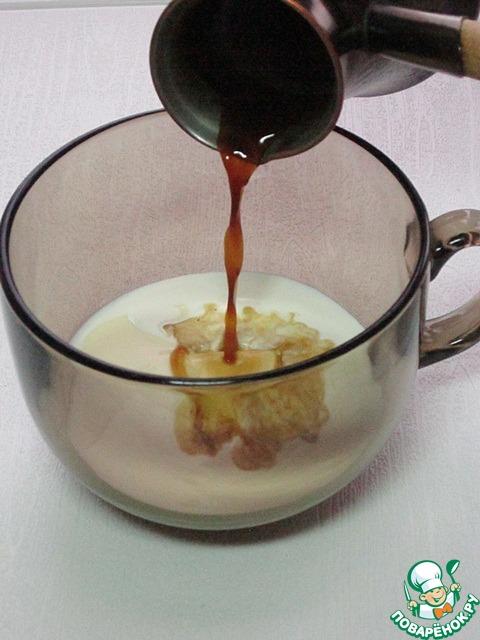 В горячие сливки добавьте половину чайной ложки сахарной пудры, 50 г сливочного сыра и горячий свежесваренный кофе.        Пятьдесят грамм сыра - это полная с верхом столовая ложка.