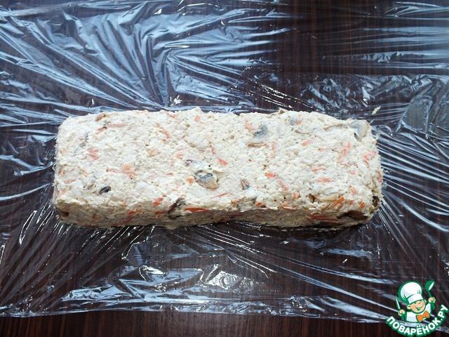 Салат выложить на пищевую пленку или пакет, сформировать батон. Завернуть и убрать в морозилку на полчаса.